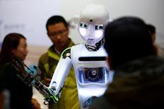 La apertura de los mercados y el comercio mundial han sido acusados de provocar masivas pérdidas de empleos durante la última década, pero altos ejecutivos internacionales miran a las máquinas como las verdaderas culpables. En la imagen, el robot humanoide RoboThespian en una conferencia de robótica en Pekín el 21 de octubre de 2016.    REUTERS/Thomas/File Photo