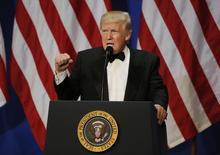 El nuevo Gobierno del presidente Donald Trump dijo el viernes que su estrategia comercial para proteger empleos en Estados Unidos comenzaría con el retiro del Acuerdo Transpacífico de Cooperación Económica de 12 países (TPP, por su sigla en inglés). En la imagen, Trump pronuncia un discurso en Washington, 20 de enero de 2017. REUTERS/Rick Wilking