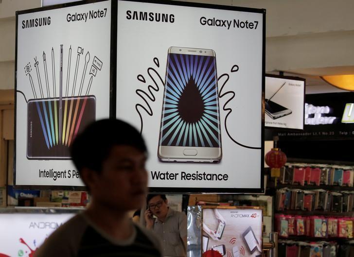 2016年10月资料图,雅加达一家店内的三星盖乐世Note7手机广告。REUTERS/Beawiharta