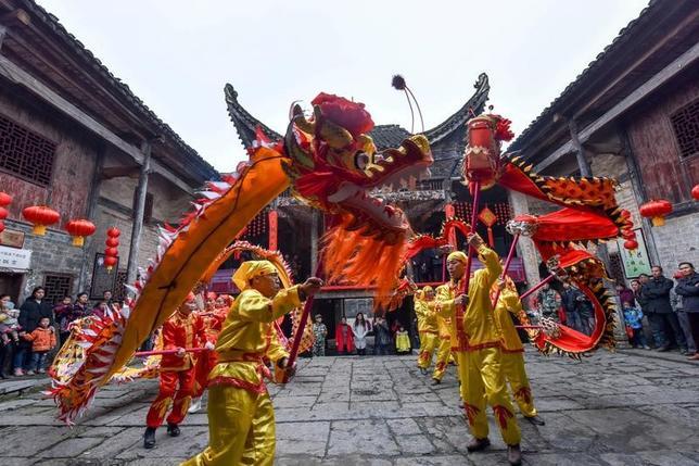 1月22日、中国は1月27日から2月2日まで旧正月の長期休暇に入り、連休中に海外を訪れる中国人観光客は600万人に上ると予想されている。写真は祝賀イベントの様子。湖南省で21日撮影(2017年 ロイター)