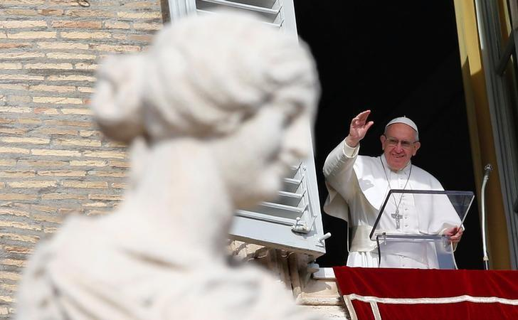 Pope Francis waves as he leads his Sunday Angelus prayer in Saint Peter's square at the Vatican January 22, 2017. REUTERS/Tony Gentile