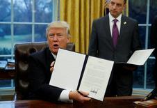 El presidente de Estados Unidos, Donald Turmp, muestra el decreto firmado en la Casa Blanca, Washington, 23 de enero 2017. El presidente Donald Trump retiró formalmente el lunes a Estados Unidos del Acuerdo Estratégico Transpacífico de Asociación Económica (TPP), tomando distancia de sus aliados en Asia en momentos en que crece la influencia de China en la región.  REUTERS/Kevin Lamarque