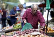 Un hombre compra vegetales en un mercado del centro de Montevideo. 9 de marzo de 2016.  La economía uruguaya habría crecido un 1,32 por ciento en 2016, según analistas consultados por el Banco Central del Uruguay, un pronóstico promedio mejor que el 1,26 por ciento que habían anticipado en el mismo sondeo en diciembre.  REUTERS/Andres Stapff