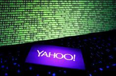 La empresa tecnológica Yahoo Inc anunció ingresos y beneficios trimestrales ajustados mejores de lo esperado, y dijo que espera que la venta de su negocio de Internet a Verizon Communications Inc se complete en el segundo trimestre del año, en lugar de en el primero. Foto de archivo del logo de Yahoo en un smartphone, el 15 de diciembre de 2016. REUTERS/Dado Ruvic