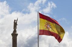 El Tesoro español colocó el martes Letras por importe de 2.685 millones de euros a tres y nueve meses, a los tipos más bajos de la historia en el plazo de los 9 meses. En la imagen de archivo, la estatua de Cristóbal Colon y la bandera española en la Plaza de Colón en Madrid, el 7 de marzo de 2016.  REUTERS/Paul Hanna