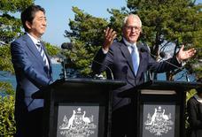 Primeiro-ministro do Japão, Shinzo Aber, e primeiro-ministro australiano, Malcom Turnbull, durante entrevista coletiva na Austrália.   14/01/2017   REUTERS/Chris Pavlich