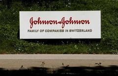 El logo de la compañía de productos para el cuidado de la salud,Johnson & Johnson, se ve en Zug, Suiza. 20 de julio 2016. Johnson & Johnson, la mayor compañía de productos de cuidado de la salud, reportó un crecimiento menor al esperado en las ventas del cuarto trimestre, perjudicada por una desaceleración de la demanda de sus dispositivos médicos y por un dólar más fuerte.     REUTERS/Arnd Wiegmann  - RTSKPXP