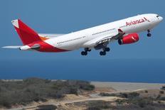Un Airbus A330 de Avianca despega del aeropuerto Simón Bolívar de Caracas. 23 de octubre de 2016. El tráfico de pasajeros de la aerolínea Avianca Holdings S.A, una de las mayores de América Latina, aumentó un 4,2 por ciento interanual en 2016 por el incremento de la demanda en sus rutas locales en Colombia, Perú y Ecuador, y en las internacionales, informó el martes la compañía. REUTERS/Carlos Garcia Rawlins