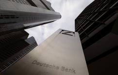 Deutsche Bank envisage d'immatriculer au Luxembourg sa filiale de gestion d'actifs avant de mettre en Bourse une partie de son capital dans le cadre de sa réorganisation stratégique en cours. La réflexion est encore à un stade préliminaire. /Photo d'archives/REUTERS/Kai Pfaffenbach