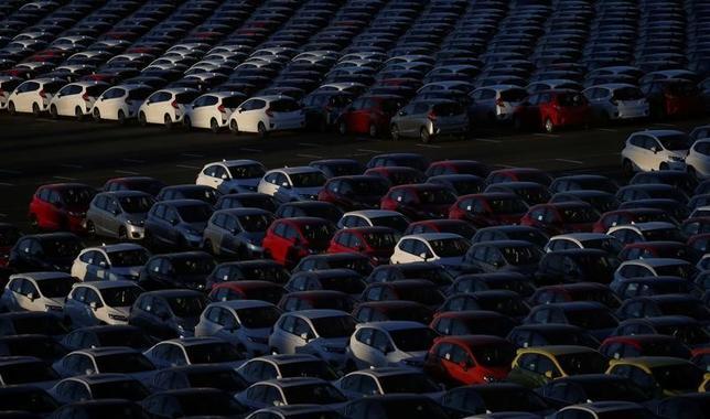 1月25日、財務省が発表した12月貿易統計速報によると、貿易収支(原数値)は6414億円の黒字となった。4カ月連続の黒字。写真は横浜市で16日撮影(2017年 ロイター/Toru Hanai)