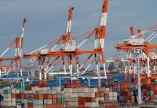 Las exportaciones en tasa anual de Japón aumentaron por primera vez en 15 meses en diciembre, lideradas por los envíos de partes de automóviles y electrónicos, lo que apunta a un repunte de la demanda global y brinda impulso a la recuperación de una economía dependiente de sus envíos al exterior. En la foto, contenedores en el puerto de Yokohama el 16 de enero de 2017.  REUTERS/Kim Kyung-Hoon