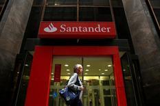 Santander, première banque européenne par la capitalisation boursière, a annoncé mercredi un bénéfice net en hausse de 4% et meilleur que prévu au titre de 2016. /Photo d'archives/REUTERS/Pilar Olivares