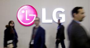 Le groupe sud-coréen LG Electronics a publié mercredi sa première perte d'exploitation trimestrielle en six ans liée à une nouvelle contre-performance de sa division mobile sur la période octobre-décembre. /Photo d'archives/REUTERS/Albert Gea