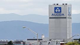 Алюминиевый завод Alcoa в Теннесси. Выручка алюминиевого гиганта Alcoa Corp в отчёте за предыдущий квартал, который стал первым после раздела компании в ноябре, превысила ожидания рынка, отчасти благодаря росту цен на глинозём. REUTERS/Wade Payne/File Photo