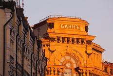 Вывеска на здании в Москве. Российский банковский сектор заработал по итогам 2016 года 930  миллиардов рублей против 192 миллиардов рублей в 2015 году, сообщил в среду ЦБР.  REUTERS/Maxim Shemetov