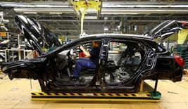En la foto de archivo, un empleado del fabricante de coches Mercedes Benz en una línea de producción en la planta de Rastatt en Alemania el 22 de enero de 2016.  La confianza empresarial alemana cayó inesperadamente en enero y alcanzó su menor nivel desde septiembre, según un sondeo publicado el miércoles, en una señal de que los ejecutivos de las empresas eran menos optimistas sobre las perspectivas de crecimiento de la mayor economía de Europa al inicio de 2017.REUTERS/Kai Pfaffenbach