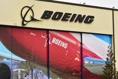 El logo de Boeing Co en la puerta de una de sus fábricas en Everett, en Estados Unidos. 13 de enero 2017. Boeing Co dijo el miércoles que espera entregar entre 760 y 765 aviones comerciales en 2017, superando las 748 entregas realizadas el año pasado. REUTERS/Alwyn Scott