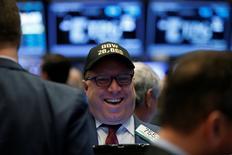 Un operador trabaja en el piso de la bolsa de Nueva York con un gorro que indica la nueva marca histórica del Dow Jones, en Nueva York, Estados Unidos. 25 de enero 2017.El promedio industrial Dow Jones superó los 20.000 puntos por primera vez el miércoles y retomó una racha alcista iniciada en noviembre tras la victoria de Donald Trump en las elecciones de Estados Unidos, que se reactivó luego de las numerosas firmas de decretos realizadas desde su investidura el viernes. REUTERS/Brendan McDermid