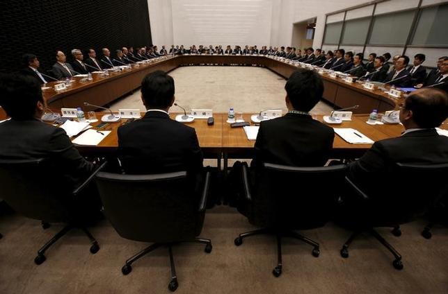 1月26日、新興国経済の底打ちを背景とした海外経済の持ち直しや、円安・株高を受けて、日銀では景気に自信を深めている。写真は日銀の支店長会議、昨年4月撮影(2017年 ロイター/Issei Kato)