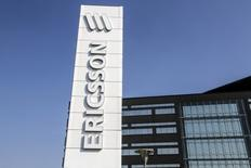 Ericsson a annoncé jeudi une baisse de 73% de son dividende après avoir fait état d'une perte d'exploitation au quatrième trimestre et indiqué vouloir donner la priorité à la rentabilité sur la croissance. /Photo d'archives/REUTERS/Stig-Ake Jonsson