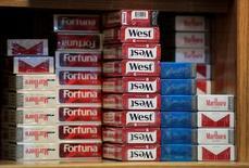 La recaudación fiscal de España por impuestos especiales e IVA del tabaco se elevó a 9.110 millones de euros en 2016, un 0,3 por ciento menos que el año anterior, informó el jueves la patronal del sector. En la imagen, paquetes de cigarrillos en una tienda en Madrid, España, el 2 de diciembre de 2016. REUTERS/Andrea Comas
