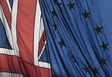 Bandeira britânica ao lado da bandeira da União Europeia, em Londres 24/01/ 2017.  REUTERS/Toby Melville