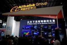 Alibaba, à suivre jeudi à Wall Street. Ant Financial, filiale du géant chinois du commerce en ligne, se rapproche d'un accord en vue du rachat de la société américaine de transfert de fonds Moneygram International, rapporte jeudi le Wall Street Journal qui cite des sources proches du dossier. La capitalisation boursière de Moneygram est de 630,5 millions de dollars au cours de clôture de mercredi. /Photo prise le 16 novembre 2016/REUTERS/Aly Song