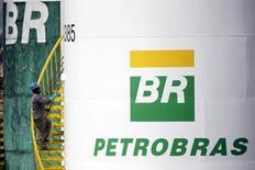 Funcionário pinta tanque da Petrobras em Brasília, no Brasil 30/09/2015 REUTERS/Ueslei Marcelino/File Photo