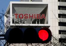 El logo de Toshiba Corp es visto detras de un semáforo en la sede de Tokio, Japón. 27 de enero 2017.  El consejo de administración de Toshiba Corp. aprobó el viernes planes para convertir a su negocio principal de microprocesadores de memoria en una compañía separada y buscar inversión extranjera para ella.  REUTERS/Toru Hanai