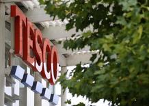 En esta imagen de archivo, un supermercado de Tesco en Londres, Inglaterra. el 30 de septiembre de 2008.  Tesco, el mayor grupo británico de supermercados, acordó comprar el mayorista Booker por 3.700 millones de libras esterlinas (unos 4.640 millones de euros), una operación que reafirma su dominio del sector con un movimiento audaz en el mercado de rápido crecimiento de restaurantes y pubs.  REUTERS/Toby Melville/Files