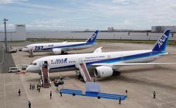 Un avión Boeing 787-9 Dreamliner de la aerolínea japonesa ANA está estacionado junto a un Boeing 787-8 Dreamliner de la misma compañía en el aeropuerto de Haneda, en Tokio, Japón. 4 de agosto 2014. La aerolínea japonesa ANA dijo el viernes que mantiene sus planes de comenzar vuelos diarios a México el próximo mes, aunque expresó preocupación respecto a las tarifas que podría aplicar el Gobierno de Estados Unidos a las exportaciones mexicanas, dado que afectarían la demanda de viajes de negocios.   REUTERS/Yuya Shino/File Photo - RTX2N3GM