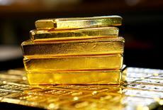 Imagen de archivo de lingotes de oro en la planta Oegussa de Viena, Austria. 18 marzo 2016. Analistas recortaron con fuerza sus expectativas sobre los precios del oro para este año, tras el débil desempeño del metal precioso en el cuarto trimestre y ante la perspectiva de más alzas de tasas de interés en Estados Unidos y fuertes ganancias de acciones que pesarían en la demanda de lingotes. REUTERS/Leonhard Foeger
