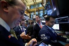 Трейдеры на фондовой бирже в Нью-Йорке. 25 января 2017 года. Американские фондовые индексы немного снижаются в начале торгов пятницы, поскольку инвесторы взяли паузу после трехдневного роста Dow Jones, который стабильно удерживался выше отметки 20.000 пунктов. REUTERS/Brendan McDermid