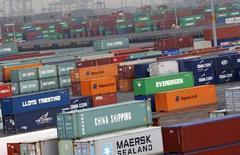Los containers se ven en la terminal del Puerto Newark cerca de la ciudad de Nueva York, Estados Unidos. 2 de julio 2009.El crecimiento económico en Estados Unidos se desaceleró más a lo previsto en el cuarto trimestre debido a que un desplome en los envíos de soja pesó sobre las exportaciones, pero un gasto del consumidor estable y el aumento de la inversión de las empresas sugiere que la economía seguirá expandiéndose.REUTERS/Mike Segar    (UNITED STATES) - RTR25JGV