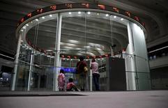 La Bourse de Tokyo a fini en baisse lundi, victime de prises de prodits et du raffermissement du yen. L'indice Nikkei a perdu 0,51% à 19.368,85 points. /Photo d'archives/REUTERS/Toru Hanai