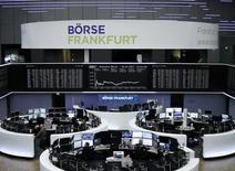 Фондовая биржа Франкфурта-на-Майне. Индексы Европы начали торги понедельника на отрицательной территории на фоне снижения сырьевых акций, хотя некоторую поддержку оказывали разговоры о сделках, благодаря которым бумаги Vodafone выросли почти на 3 процента.  REUTERS/Staff/Remote