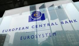 Логотип ЕЦБ у штаб-квартиры банка во Франкфурте-на-Майне. Экономика еврозоны начала год уверенно, показали данные в понедельник, став доказательством эффективности масштабных стимулов Европейского центрального банка, но также усложнив вопрос дальнейших действий.   REUTERS/Ralph Orlowski