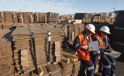 Trabajadoras revisan un cargamento de cobre de exportación en el puerto de Valparaíso, Chile, ene 25, 2015. La producción de cobre en Chile anotó una caída del 3,8 por ciento en 2016, afectada por menores leyes minerales, mantenimientos y paralizaciones de faenas en medio de la debilidad en el valor global del metal, según cifras divulgadas el lunes por una agencia gubernamental.   REUTERS/Rodrigo Garrido