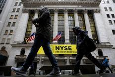 La Bourse de New York a ouvert en baisse lundi. Le Dow Jones perd 0,43%, le S&P-500 recule de 0,56% et le Nasdaq Composite cède 0,83%. /Photo prise le 24 janvier 2017/REUTERS/Brendan McDermid