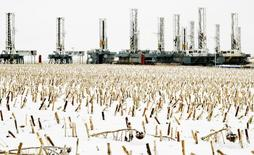 Буровые установки в Дикинсоне, Северная Дакота 21 января 2016 года. Цены на нефть снизились в ходе утренних торгов во вторник на фоне роста буровой активности в США. REUTERS/Andrew Cullen