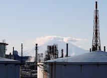 La producción industrial de Japón creció por segundo mes consecutivo en diciembre y el gasto familiar disminuyó menos que lo previsto, en una modesta señal de recuperación económica. En la imagen, una fábrica frente al monte Fuji en  Yokohama, el 16 de enero de 2017. REUTERS/Kim Kyung-Hoon