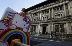Ограждения с персонажем Hello Kitty у здания Банка Японии в Токио 15 марта 2016 года. Банк Японии во вторник оставил денежно-кредитную политику без изменений и сохранил оптимистичный ценовой прогноз, дав понять, что верит в то, что восстановление экономики ускорит инфляцию до желаемых 2 процентов без дополнительных стимулов.  REUTERS/Toru Hanai