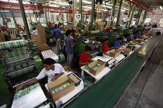 Funcionários trabalham em fábrica em São Paulo.     05/05/2014     REUTERS/Paulo Whitaker