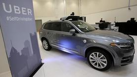 La foto de archivo muestra un vehículo autónomo Volvo de la flota de Uber durante una demostración de la tecnología en Pittsburgh, EEUU. Uber Technologies Inc firmó otro acuerdo con una automotriz importante como parte de sus esfuerzos para formar una de las primeras flotas de vehículos autónomos en el mundo. REUTERS/Aaron Josefczyk