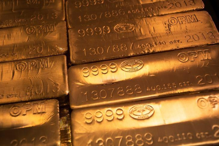 24 karat gold bars are seen at the United States West Point Mint facility in West Point, New York June 5, 2013. REUTERS/Shannon Stapleton/File Photo