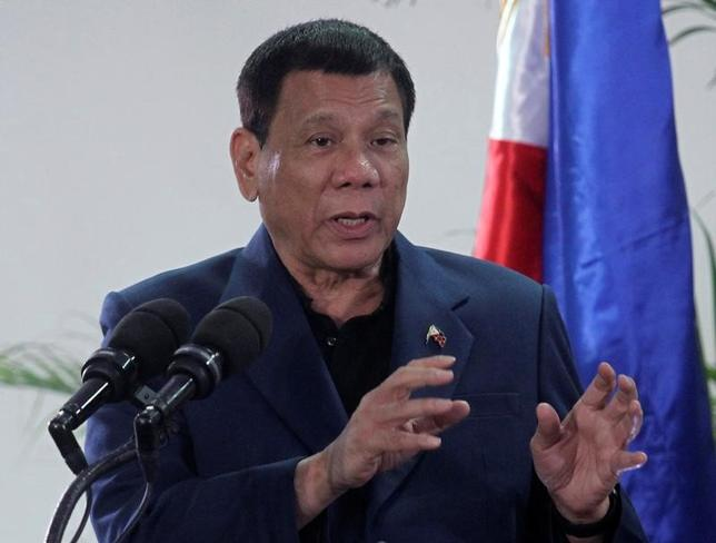 1月31日、フィリピンのドゥテルテ大統領(写真)は、同国のイスラム過激派集団アブサヤフによる海賊行為が横行している南方海域にパトロール船を送るよう中国に支援を要請したことを明らかにした。写真はフィリピンのダバオで昨年10月撮影(2017年 ロイター/Lean Daval Jr.)