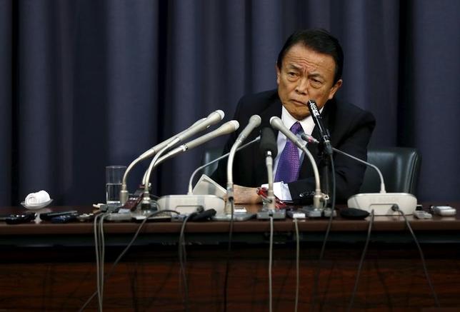 2月1日、トランプ米大統領が31日、日本が通貨安誘導を行ってきたと発言したことで、為替市場で円高が進行した。日本政府は「批判はあたらない」(菅義偉官房長官)との立場で、10日の日米首脳会談の際、麻生太郎財務相(写真)が大統領に日本の為替・金融政策について説明、意思疎通を図っていく考えだ。写真は都内で2015年12月撮影(2017年 ロイター/Issei Kato)