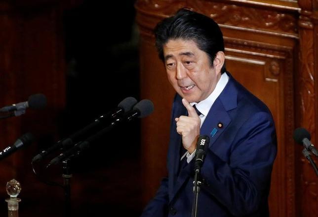 2月1日、安倍晋三首相は1日午後の衆議院予算委員会で、日本が通貨安を誘導してきたとトランプ米大統領が批判したことに関して、「日銀の金融政策は2%の物価安定目標達成のためであり、円安誘導という批判はあたらない」と語った。国会で施政方針演説を行う安倍首相。20日撮影(2017年 ロイター/Toru Hanai)