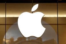 Apple a annoncé mardi la première hausse des ventes d'iPhone depuis un an grâce au succès de la septième version de son produit vedette, un résultat salué par une hausse de plus de 3% de son action dans les transactions hors séance. /Photo prise le 5 janvier 2017/REUTERS/Charles Platiau