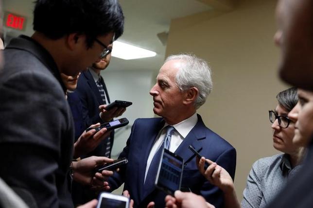 2月1日、トランプ米大統領の難民・移民に関する大統領令について、議会が立法化を検討する必要があるのでないかとの声が、民主党に加え、身内である共和党議員からも上がっている。写真は記者の質問に答えるコーカー上院外交委員長(共和党)。ワシントンで1月撮影(2017年 ロイター/Aaron Bernstein)